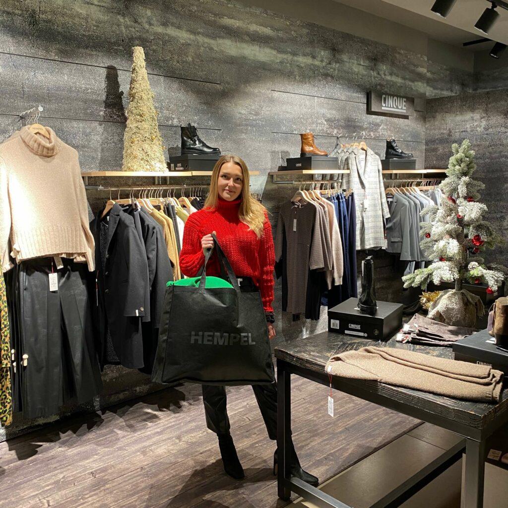 Eine Mitarbeiterin des Modehaus Hempel, zeigt eine 'stayathomefashionbag, welche via Click & Collect bei dem Geschäft zusammengestellt und erworben werden kann.