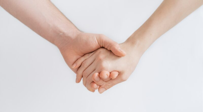 """Zwei Hände halten sich fest und symbolisieren das Projekt """"Kompretent in Pflege"""""""