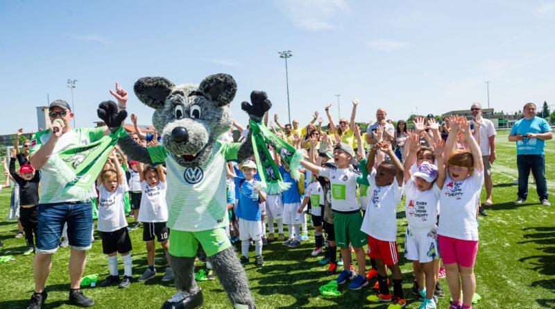 Kinder- und Jugendarbeit des VfL Wolfsburg mit Maskotten Wölfi