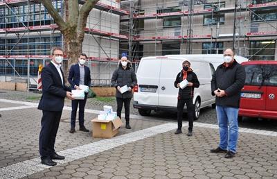 Maskenspende an das Rathaus mit OB, 1. Stadtrat, Batke, Hagedorn und weiteren