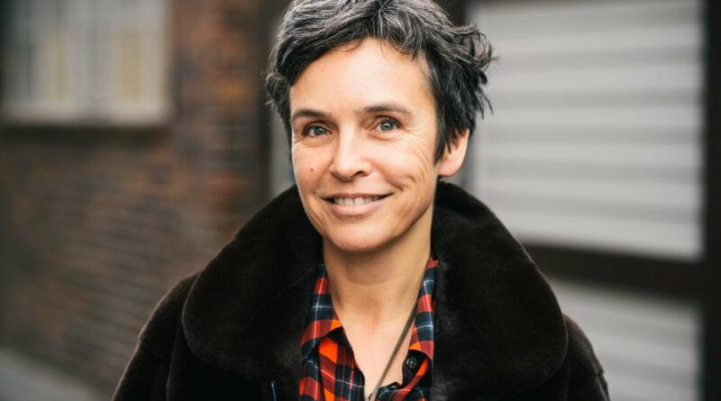 Portrait von New Work Expertin Dr. Joana Breidenbach vor unscharfen Hintergrund