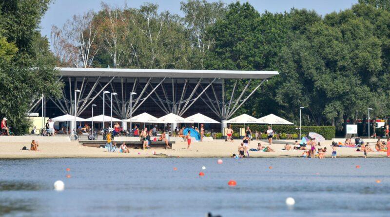 Das Bild zeigt den Allerpark Wolfsburg. Im Vordergrund befindet sich der Allersee und im Hintergrund der Kolumbianische Pavillion