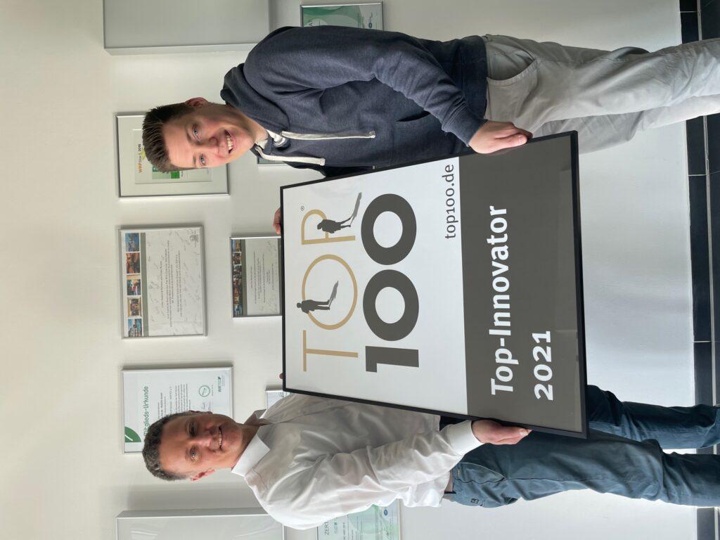 Henrik Rueß und Jan-Lars Ritzer, mit der Top 100 Trophäe – 2021