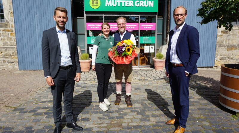 Dennis Weilmann (links) und Jens Hofschröer (rechts) gratulieren Anja und Ralf Schubert zur Neueröffnung ihres BioMarktes Mutter Grün in Fallersleben