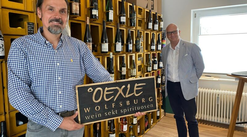 Frank Hitzschke (rechts) besucht András Rudics (links) in dessen Weinhandlung Oexle