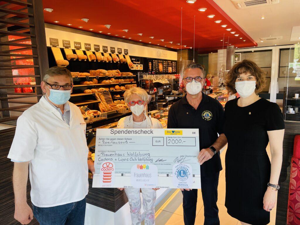 Maike Schmidt von DIE SCHMIDT Autoglas GmbH engagiert sich im Lions Club Wolfsburg. Spendenübergabe in der Bäckerei Cadera