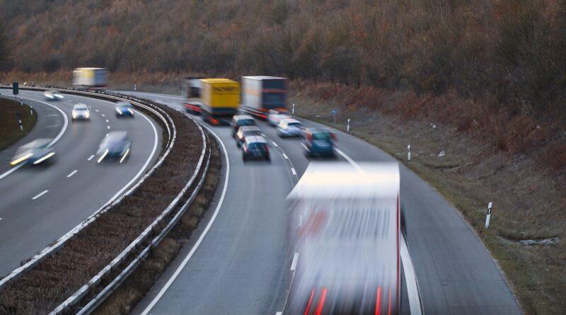 Symbolbild zum Thema Testfeld Niedersachsen. Das Bild zeigt eine von Autos befahrene Autobahn